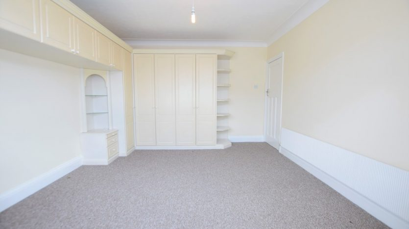 3 Bedroom Mid Terraced House To Rent in Hastings Avenue, Ilford, IG6