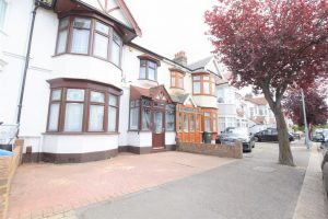 3 bedroom Houses to rent in Hastings Avenue Ilford