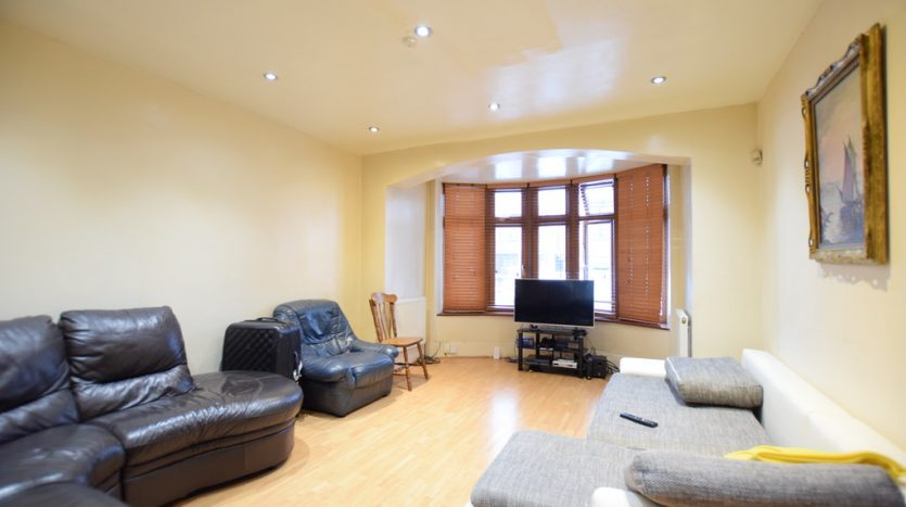 6 Bedroom Mid Terraced House To Rent in Lord Avenue, Barkingside, IG5