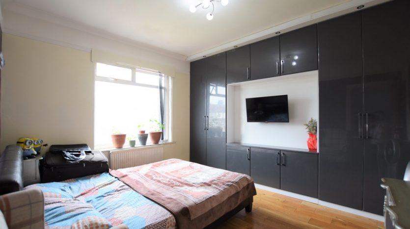 3 Bedroom Mid Terraced House To Rent in Campbell Avenue, Gants Hill, IG6